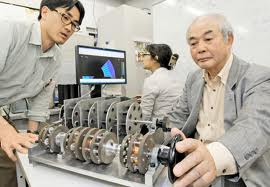 軸を回した時に磁石の抵抗が少ない発電機を発明した平松さん(右)と、解析した中村准教授